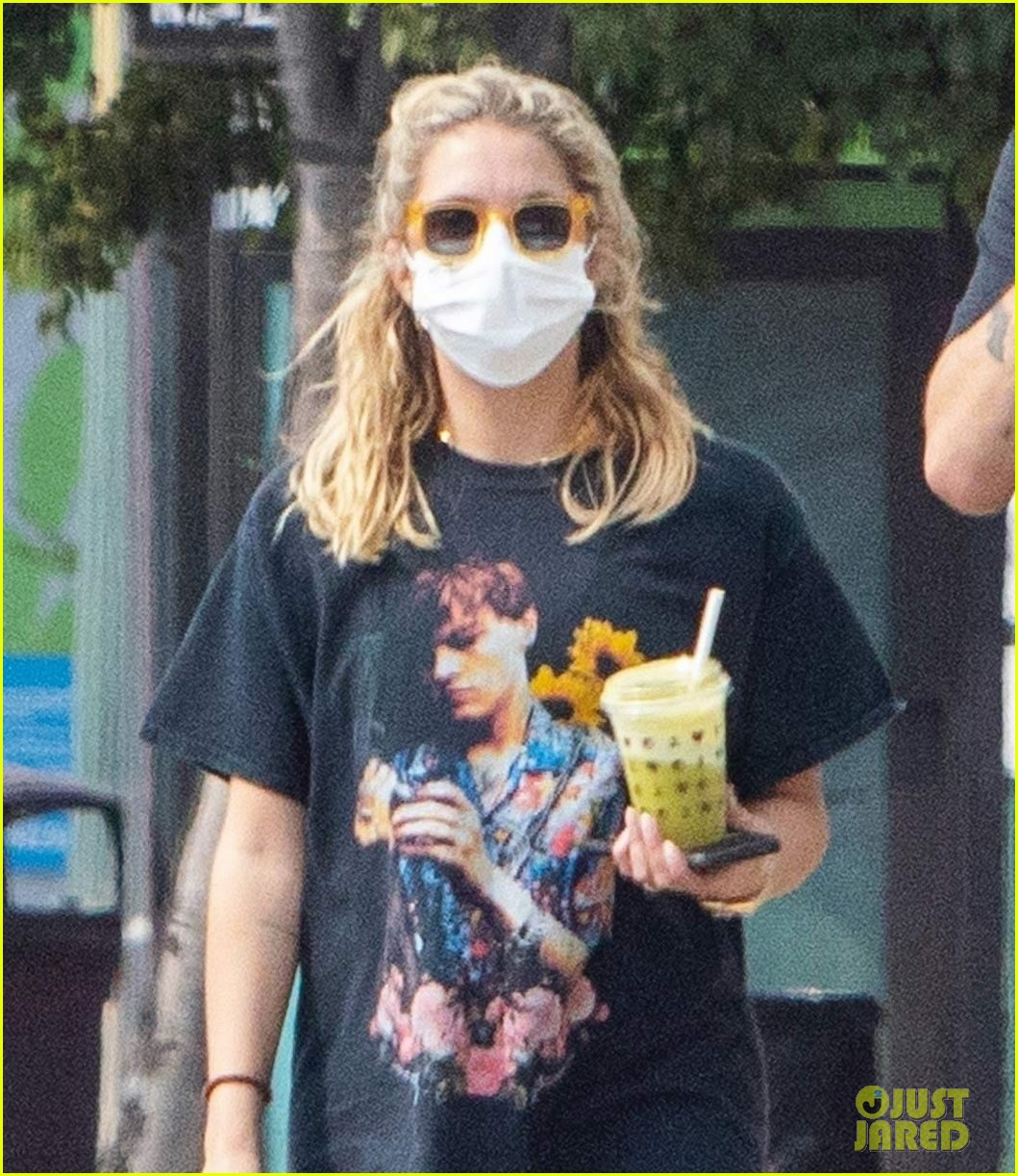 ashley benson g eazy out for smoothies 02