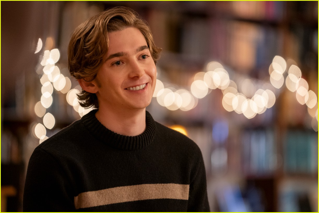 austin abrams stars in dash lily first look 04