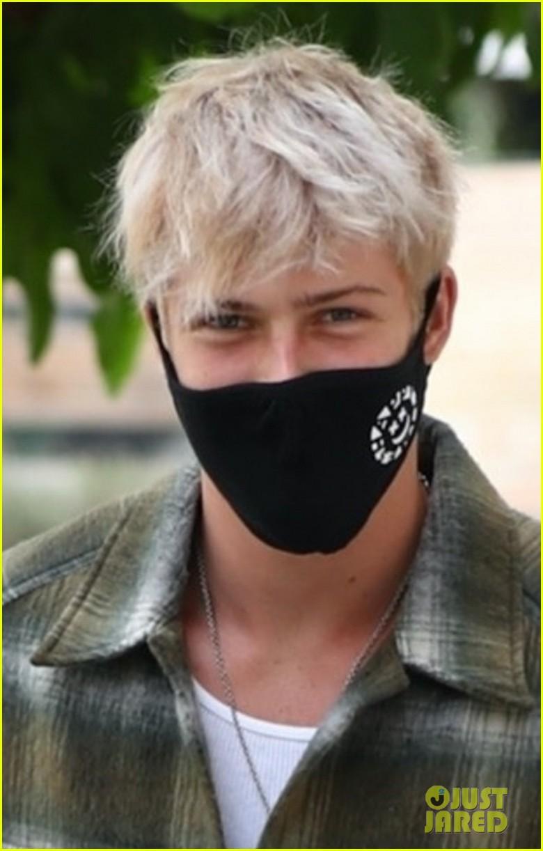 blake gray shows off new blonde hair on starbucks run 02