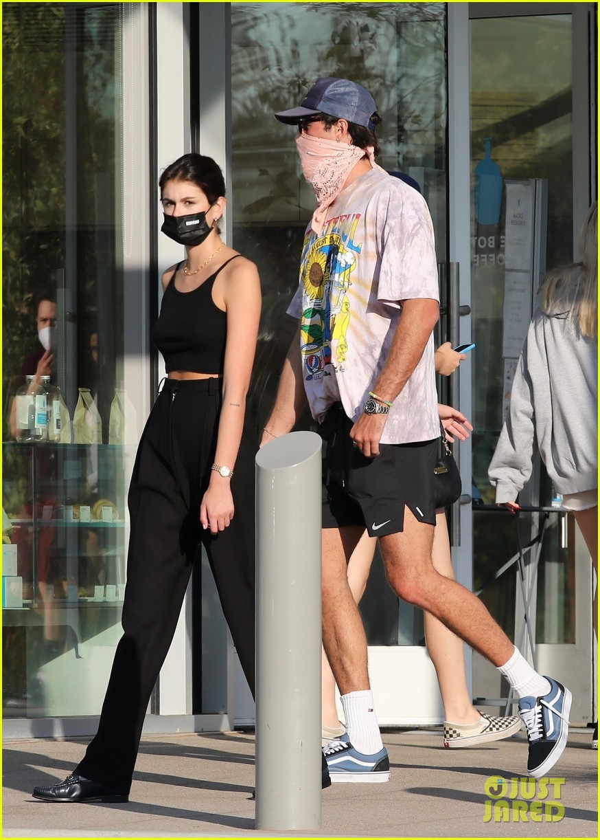 jacob elordi kaia gerber wait for their lunch 09