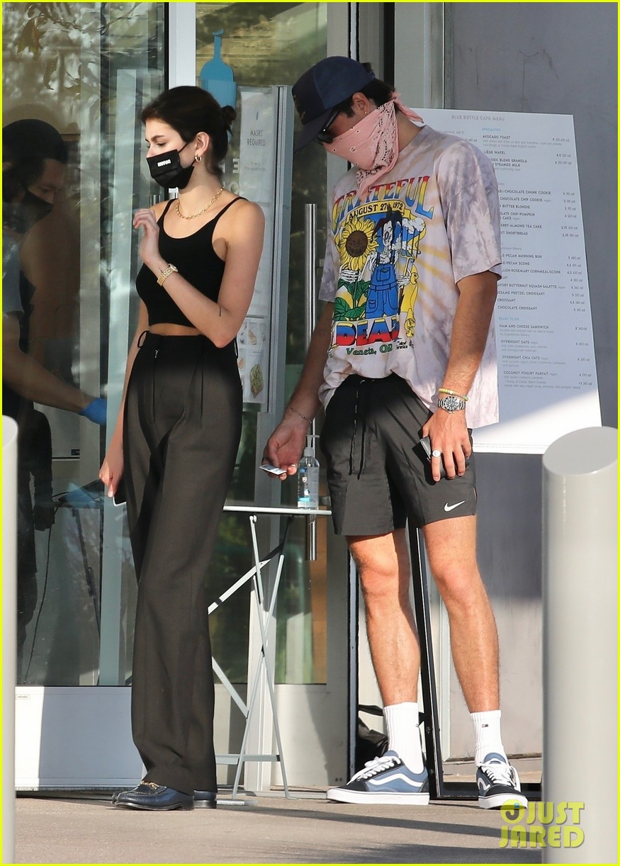 jacob elordi kaia gerber wait for their lunch 10