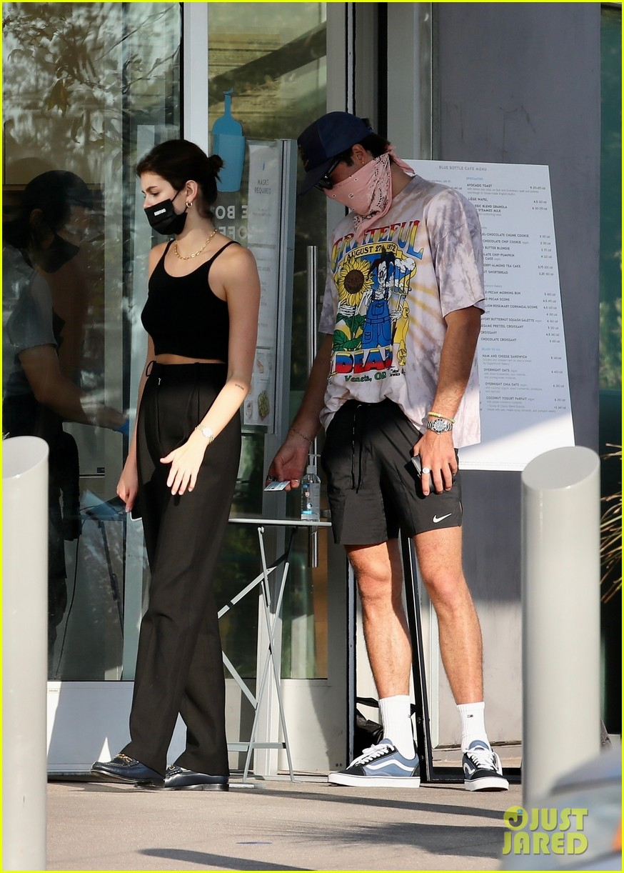 jacob elordi kaia gerber wait for their lunch 11