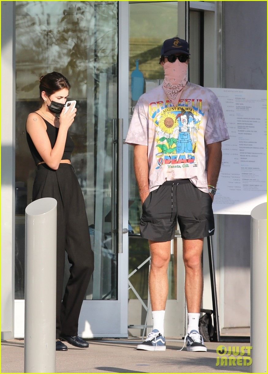 jacob elordi kaia gerber wait for their lunch 12