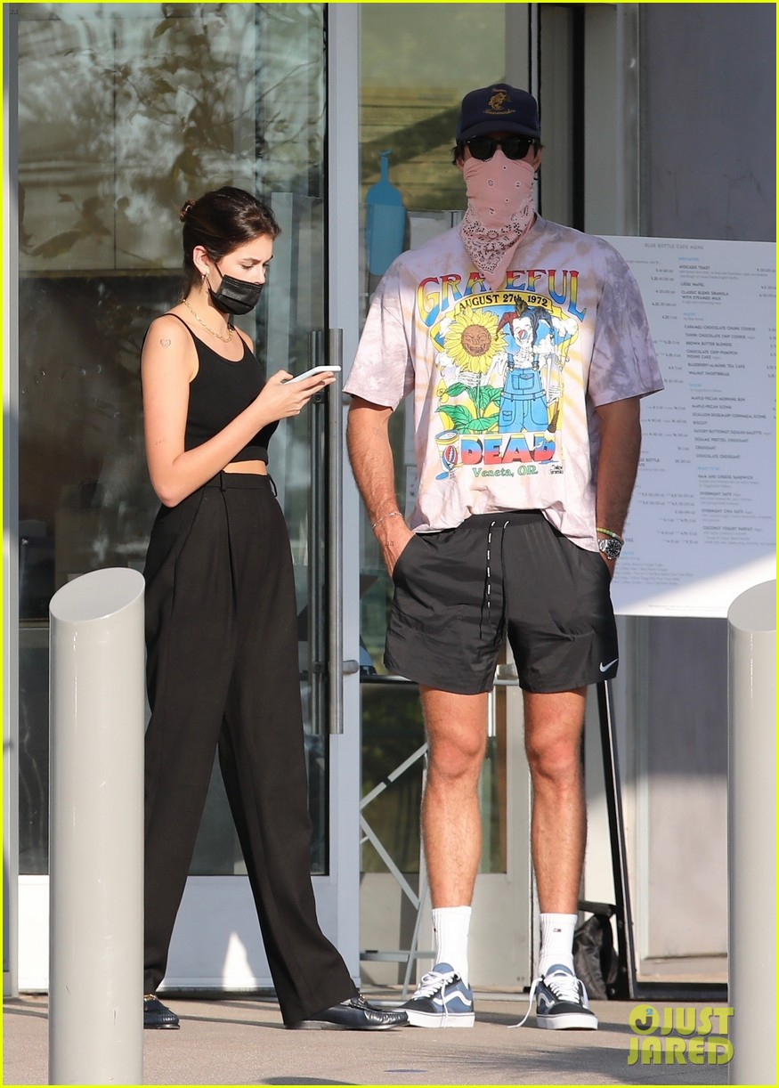 jacob elordi kaia gerber wait for their lunch 15