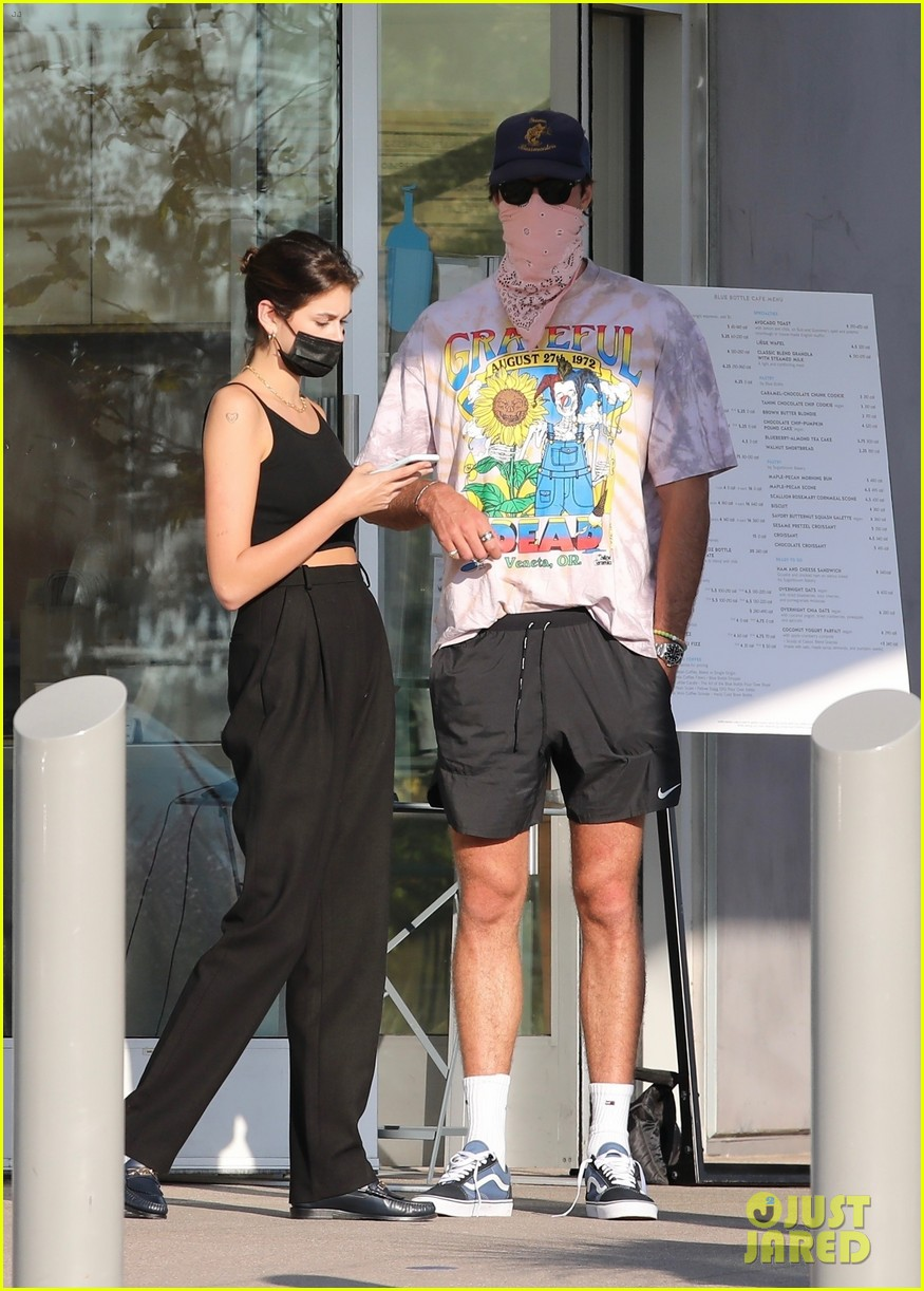 jacob elordi kaia gerber wait for their lunch 16