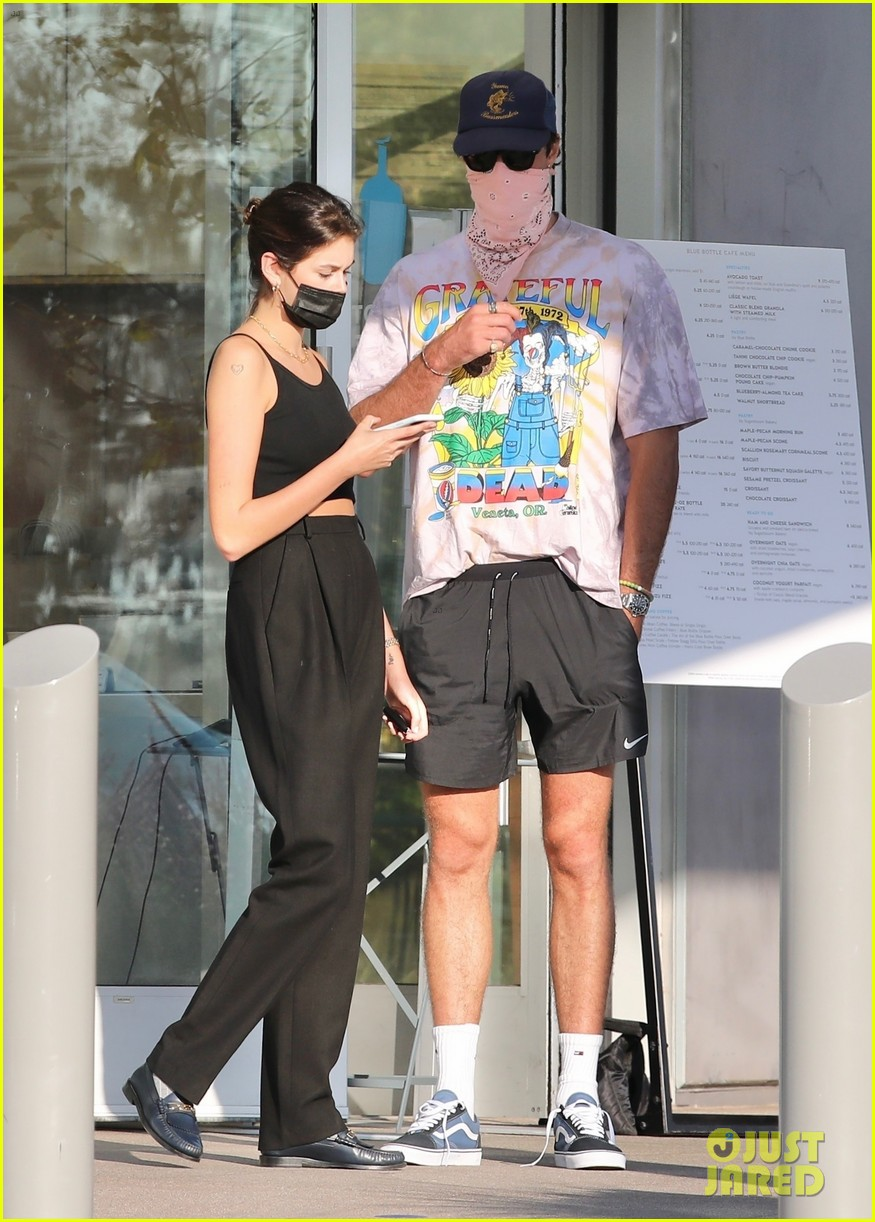 jacob elordi kaia gerber wait for their lunch 17
