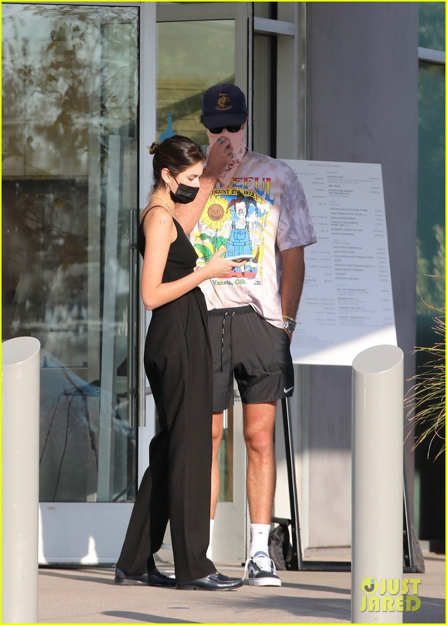 jacob elordi kaia gerber wait for their lunch 19