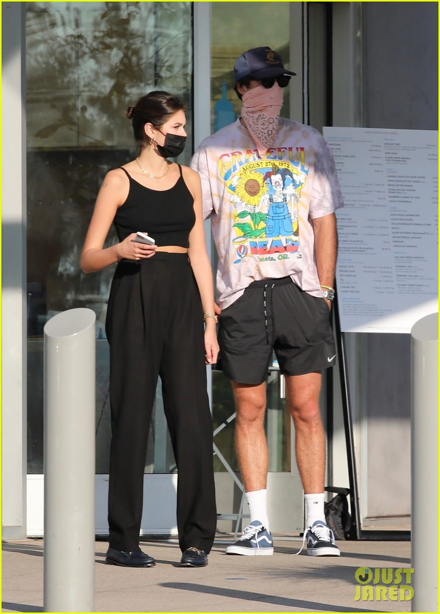 jacob elordi kaia gerber wait for their lunch 21