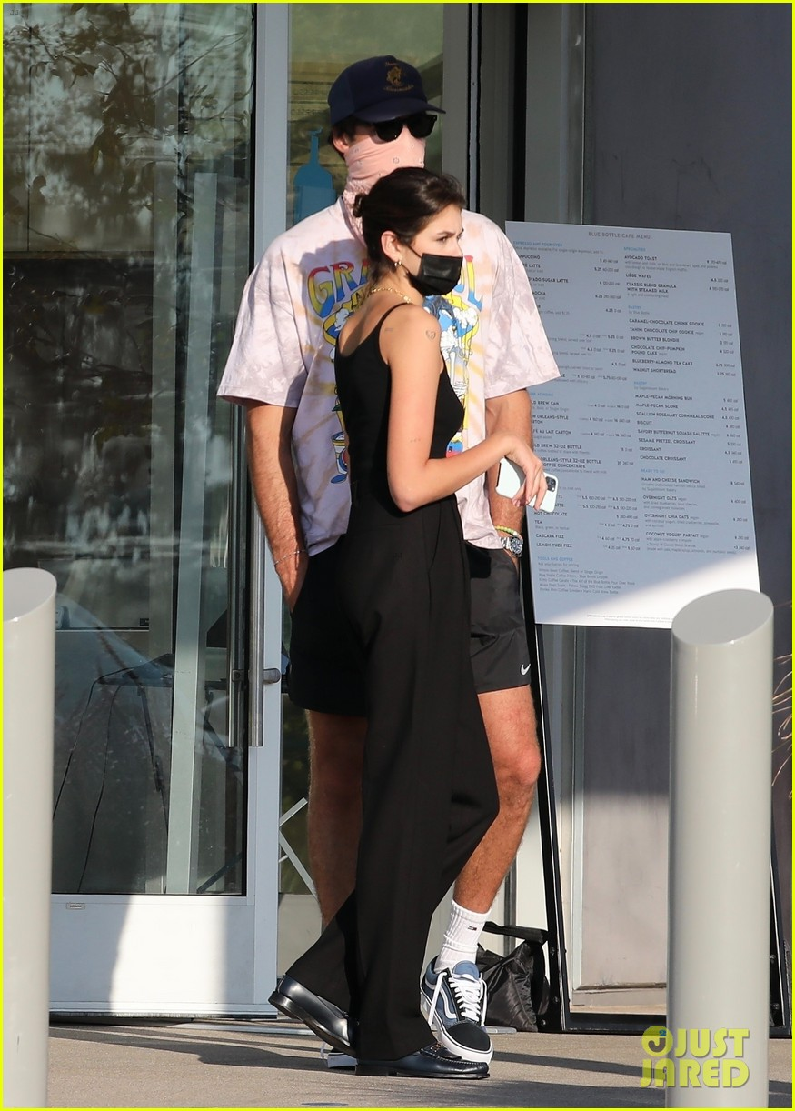 jacob elordi kaia gerber wait for their lunch 23