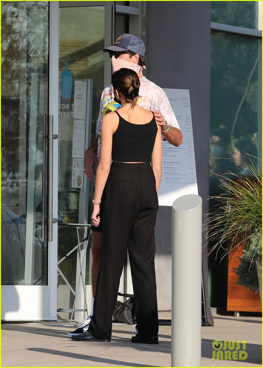 jacob elordi kaia gerber wait for their lunch 30