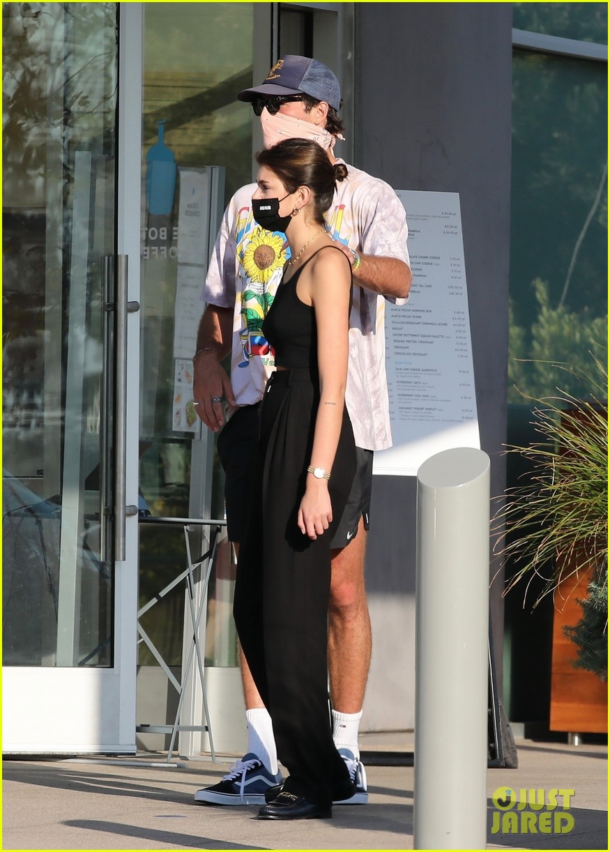 jacob elordi kaia gerber wait for their lunch 31