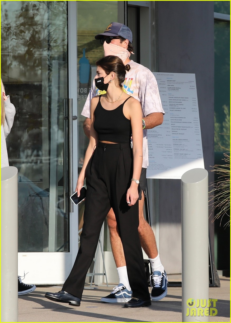 jacob elordi kaia gerber wait for their lunch 34