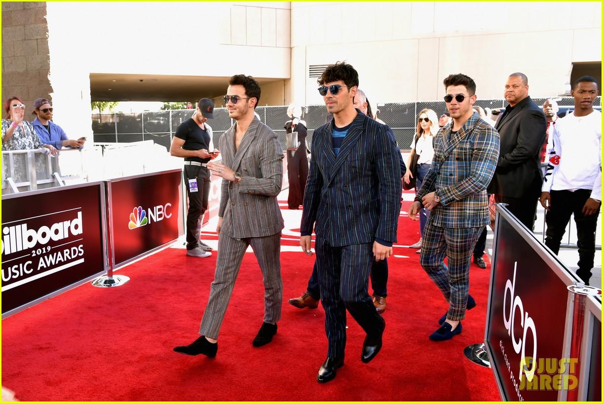 jonas brothers react to winning three billboard music awards 04
