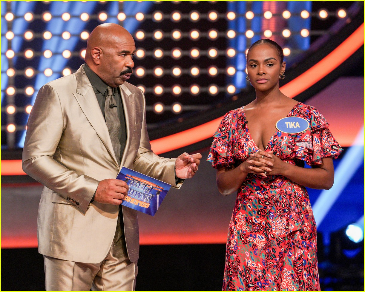 disney channel moms faced off against mixed ish cast on celebrity family feud 16