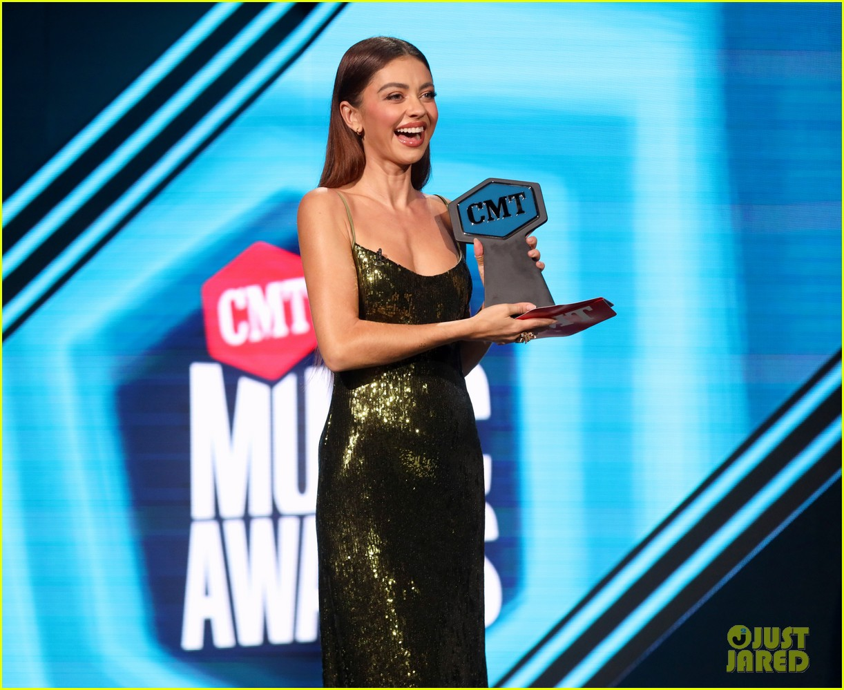 sarah hyland rocks two more looks while hosting cmt music awards 03