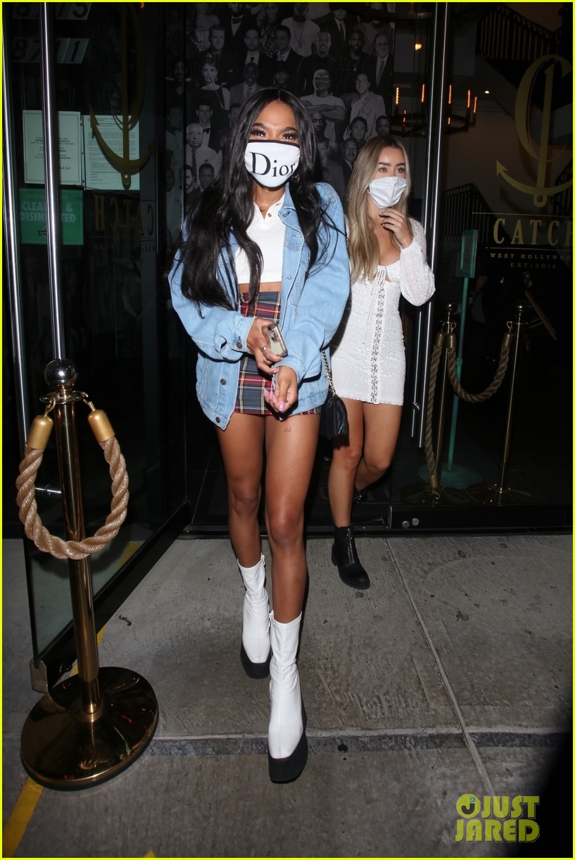 teala dunn grabs dinner with friends after kissing bella thorne on tiktok 01