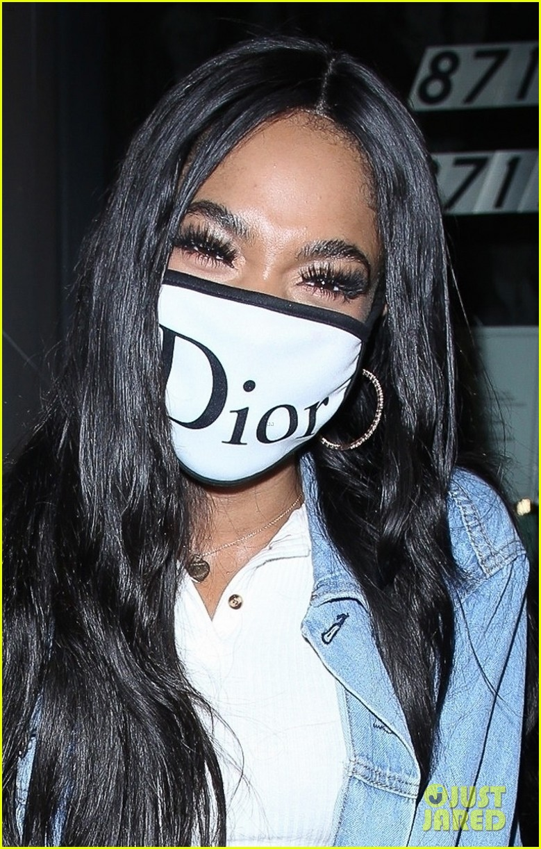 teala dunn grabs dinner with friends after kissing bella thorne on tiktok 02