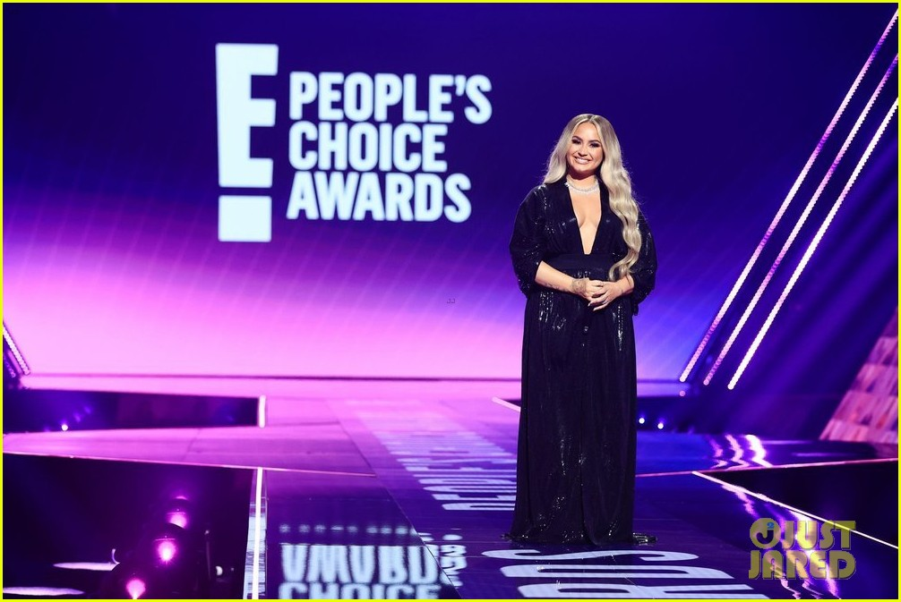 demi lovato goes back to blonde to host peoples choice awards 05