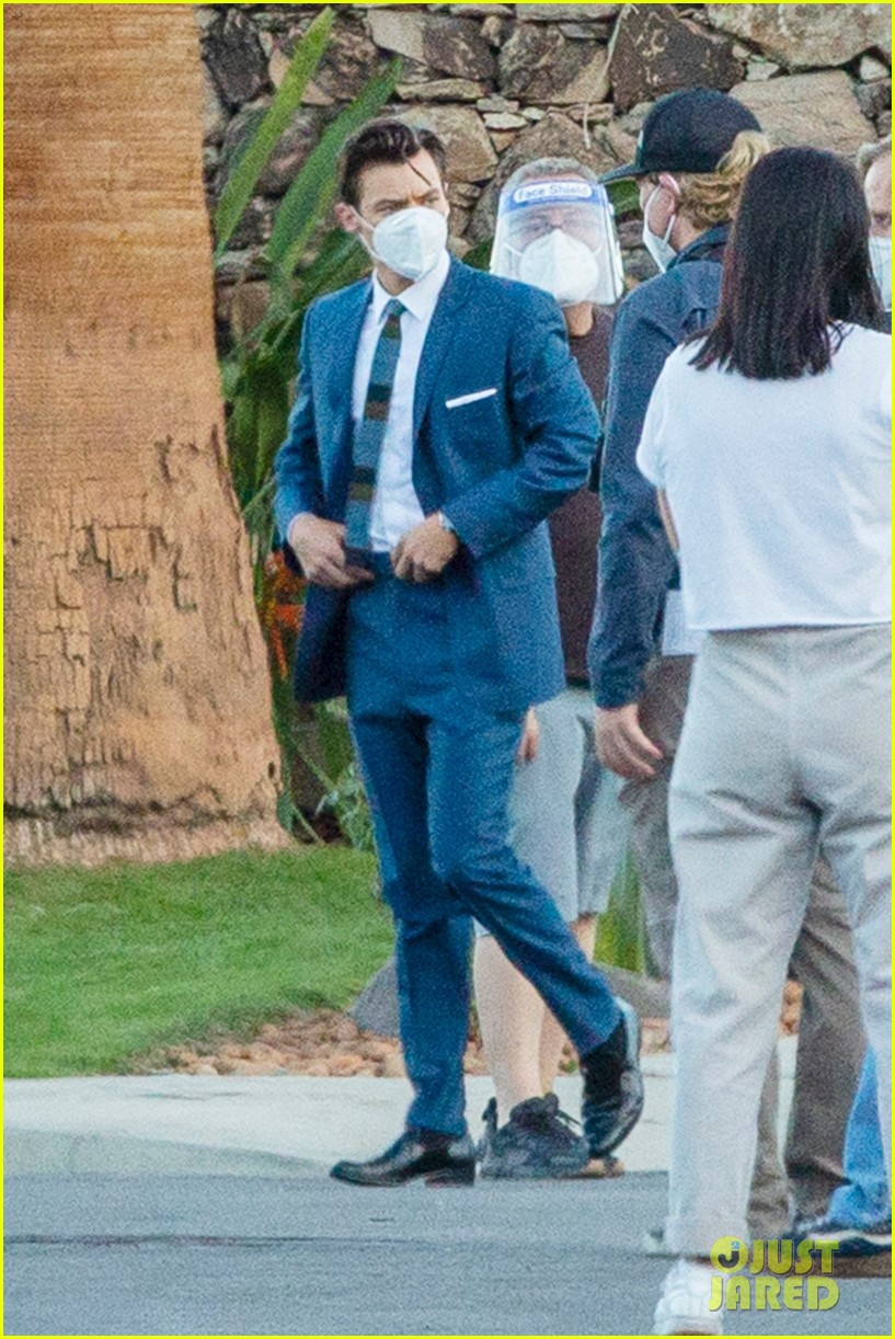 harry styles looks dapper in two suits on dont worry darling set in palm springs 05