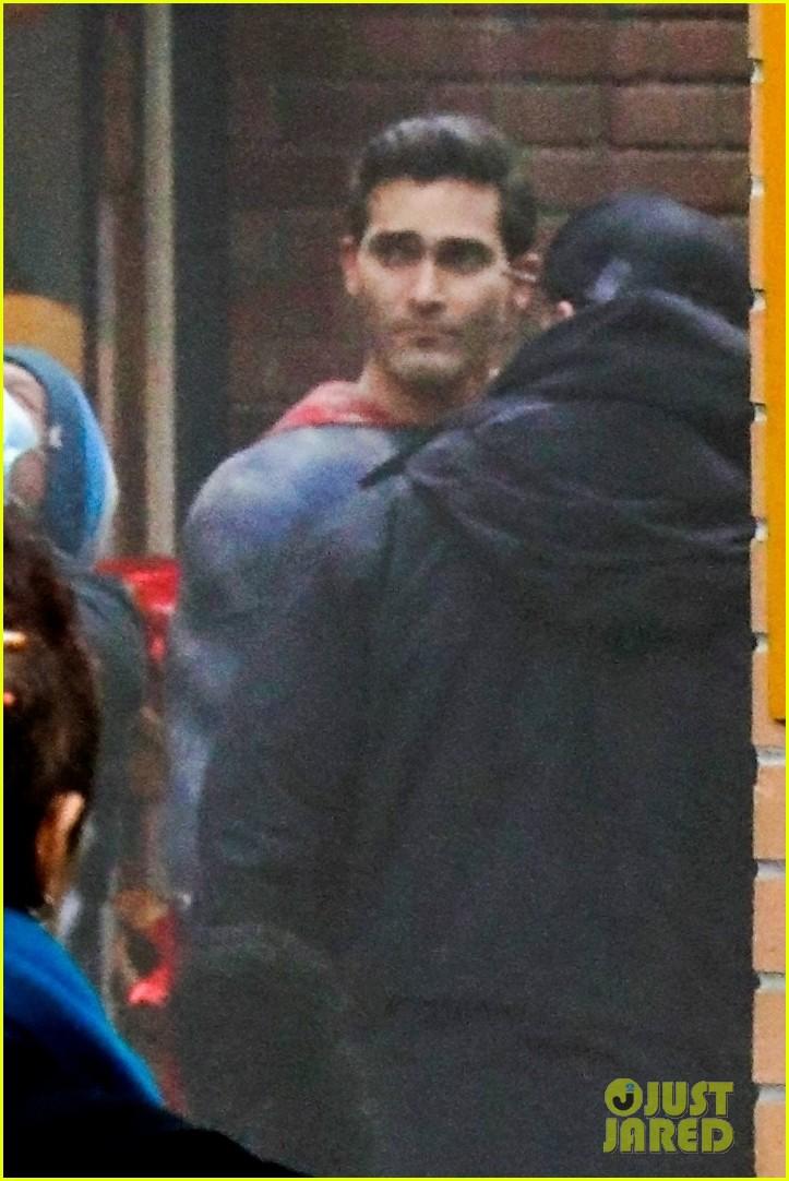 tyler hoechlin debuts new superman suit superman lois 01