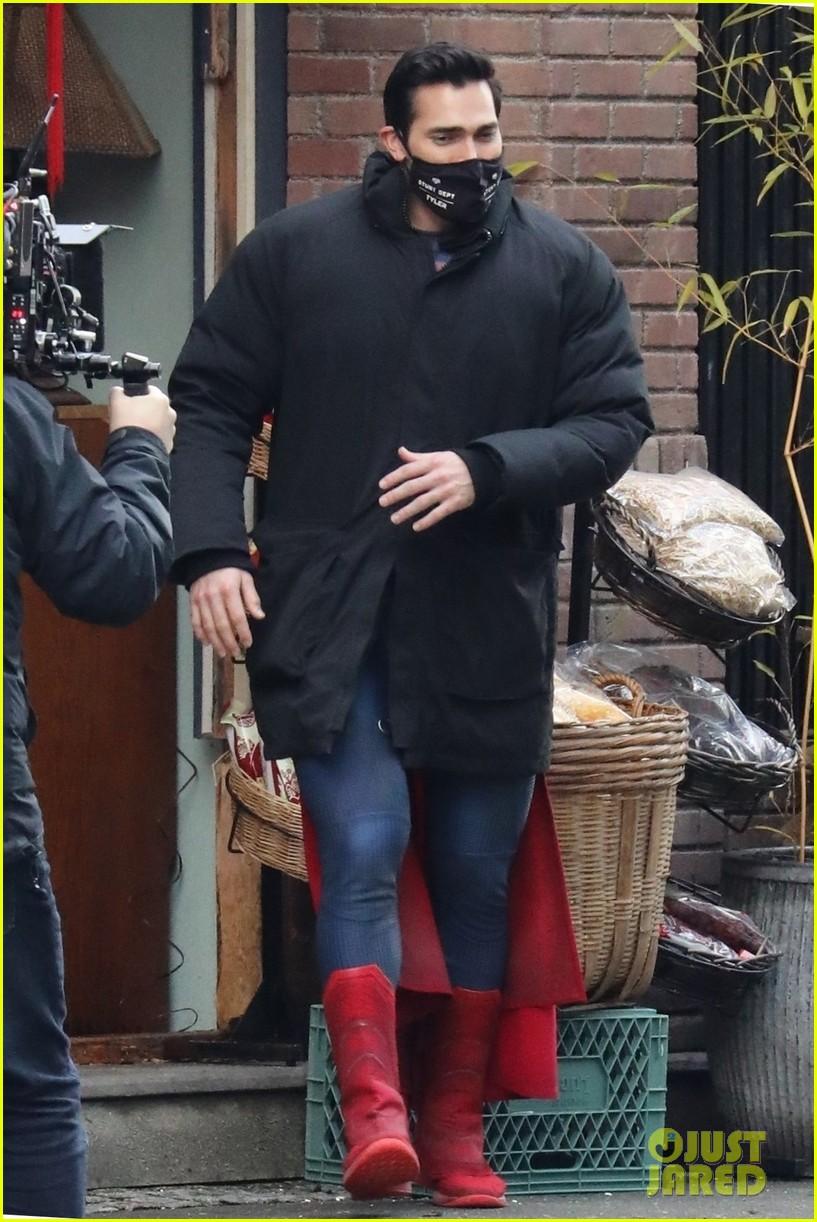 tyler hoechlin debuts new superman suit superman lois 02