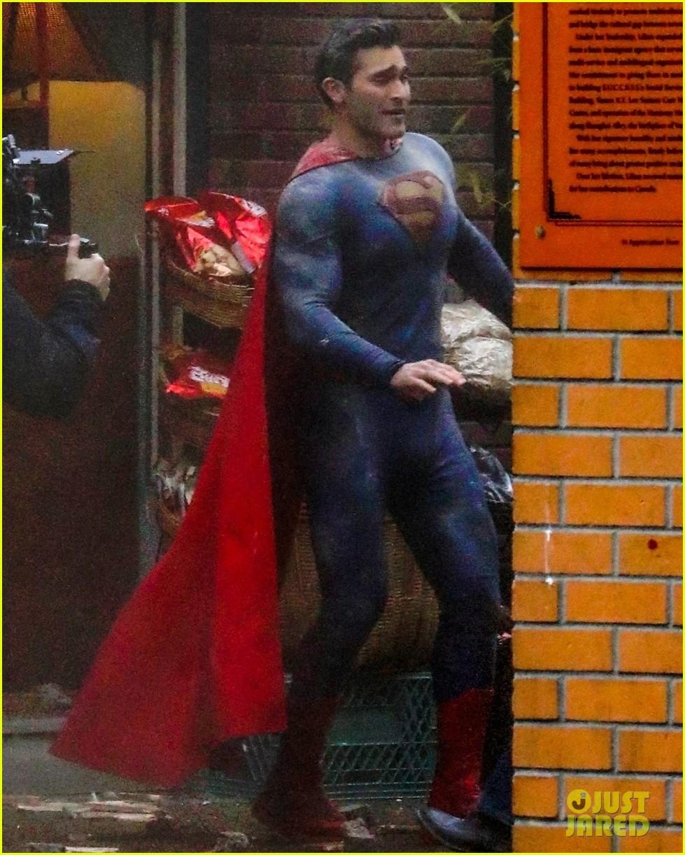 tyler hoechlin debuts new superman suit superman lois 03