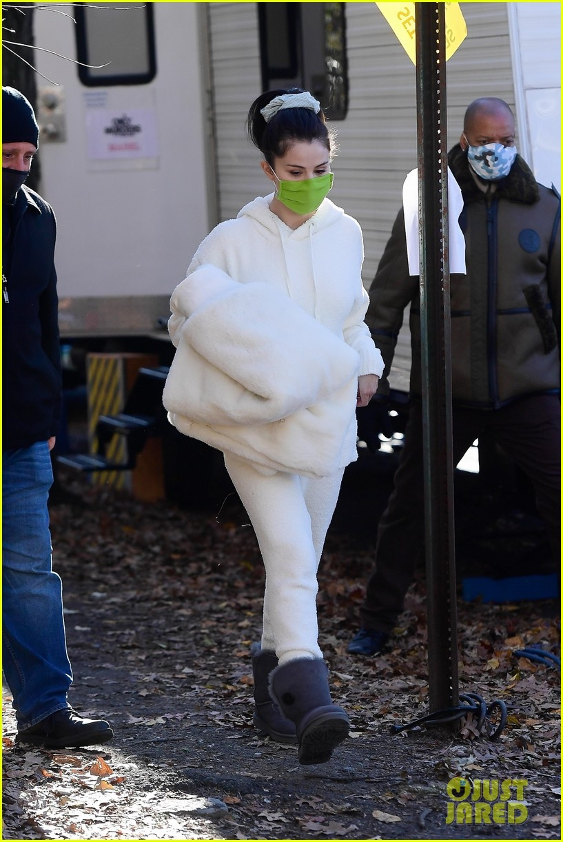 selena gomez white outfit murders set 03