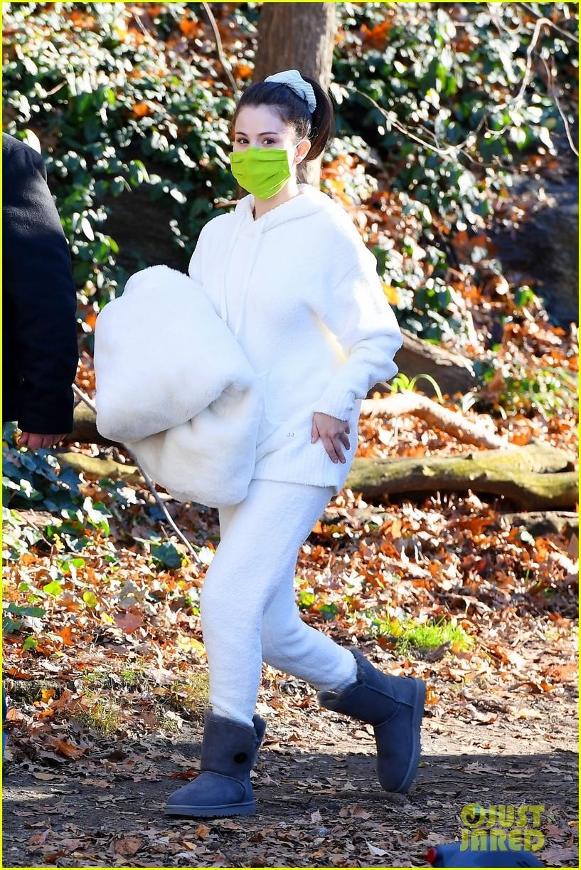 selena gomez white outfit murders set 04