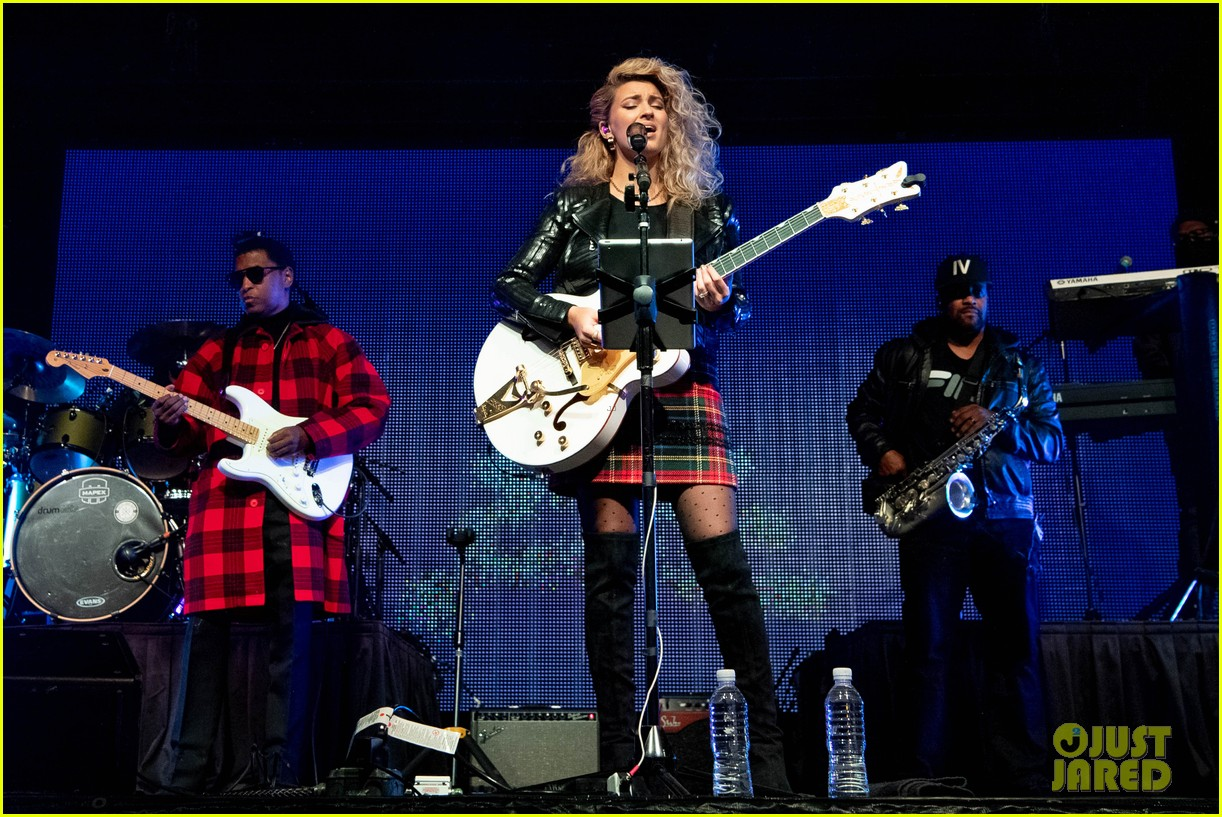 tori kelly performed christmas concert with babyface 01
