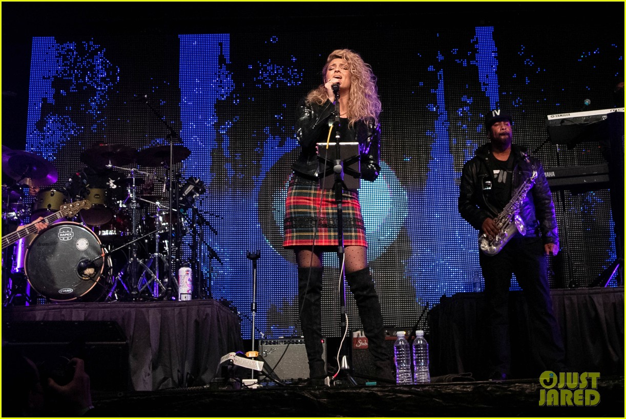 tori kelly performed christmas concert with babyface 14