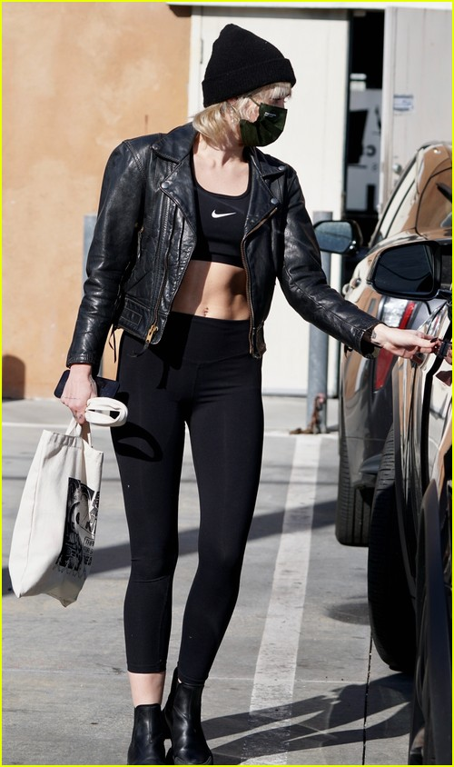 miley cyrus bares her abs after workout 05