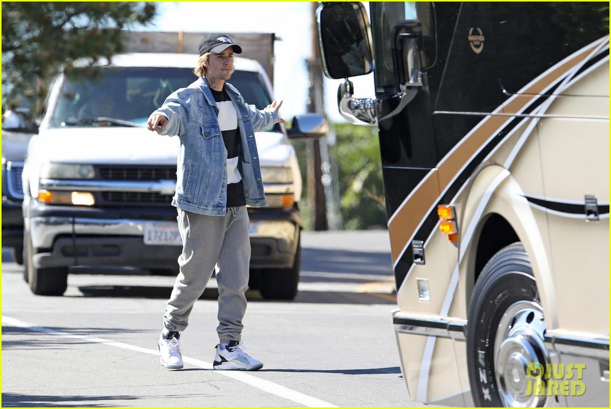 justin bieber parking tour bus 05