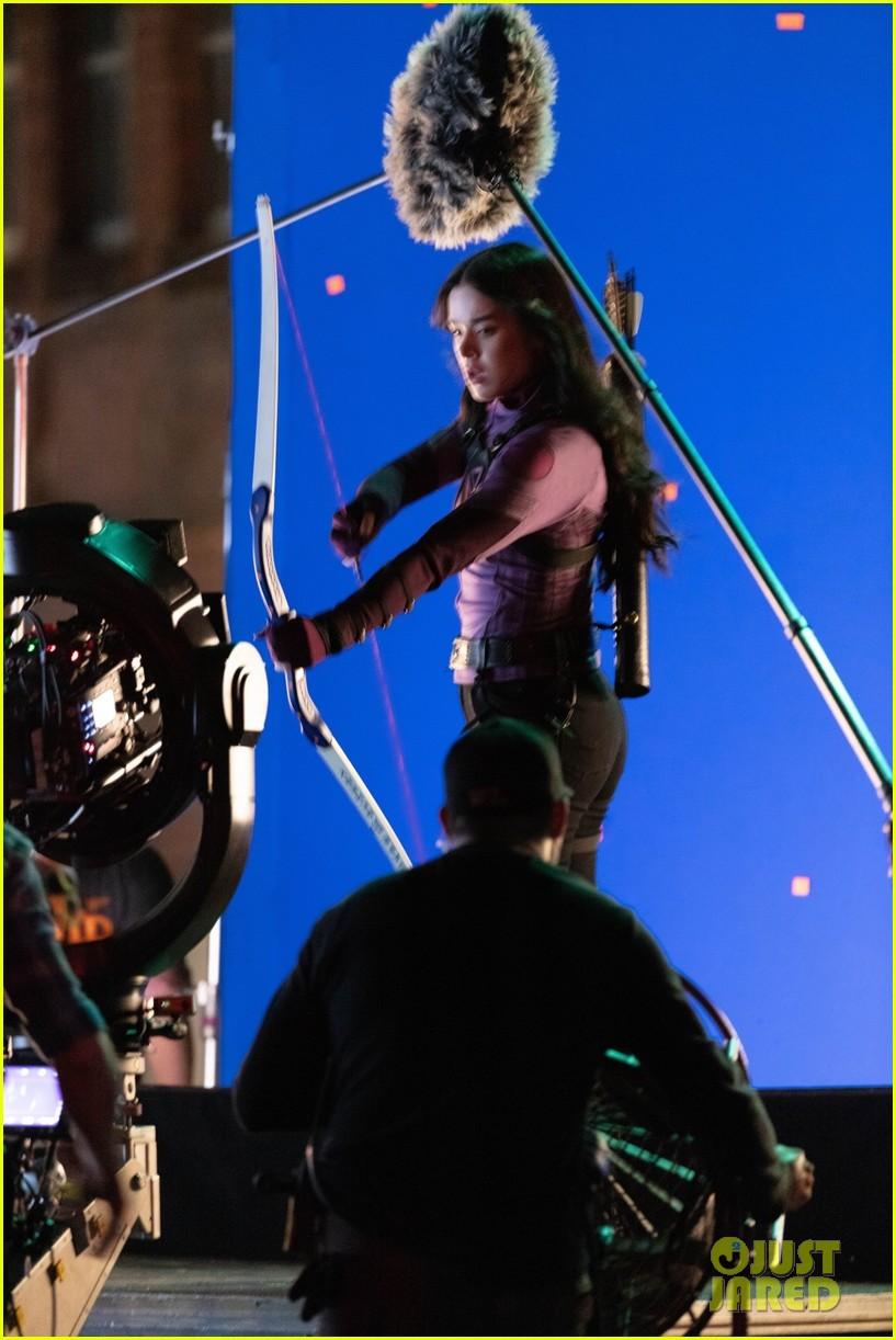 hailee steinfeld bow and arrow 01