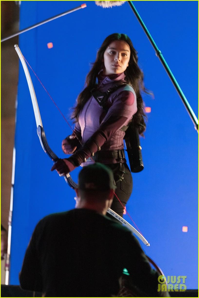 hailee steinfeld bow and arrow 04