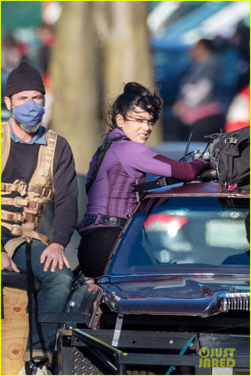 hailee steinfeld jeremy renner continue filming hawkeye in atlanta 09