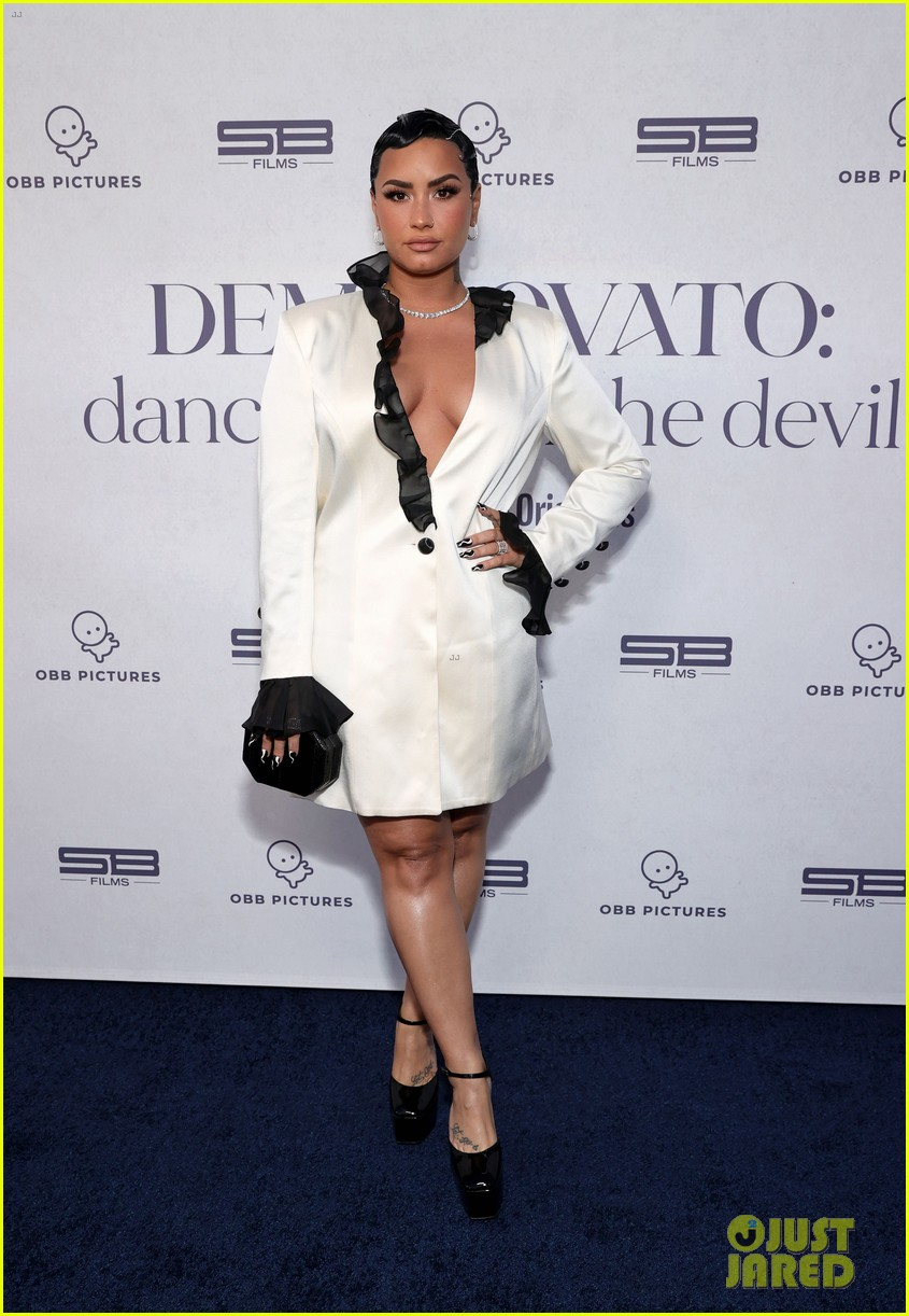 demi lovato performs dancing with the devil live at youtube premiere 02