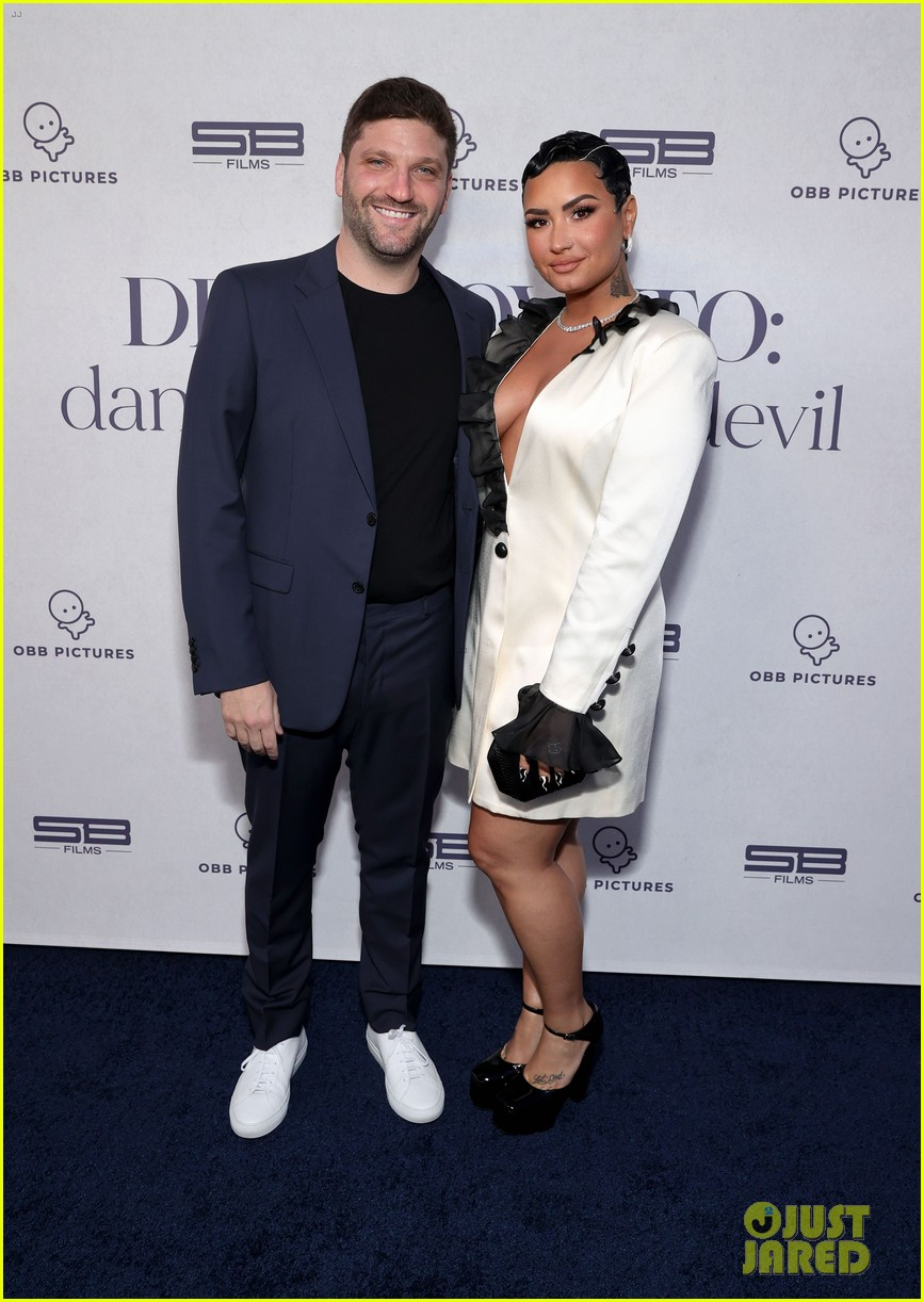 demi lovato performs dancing with the devil live at youtube premiere 04