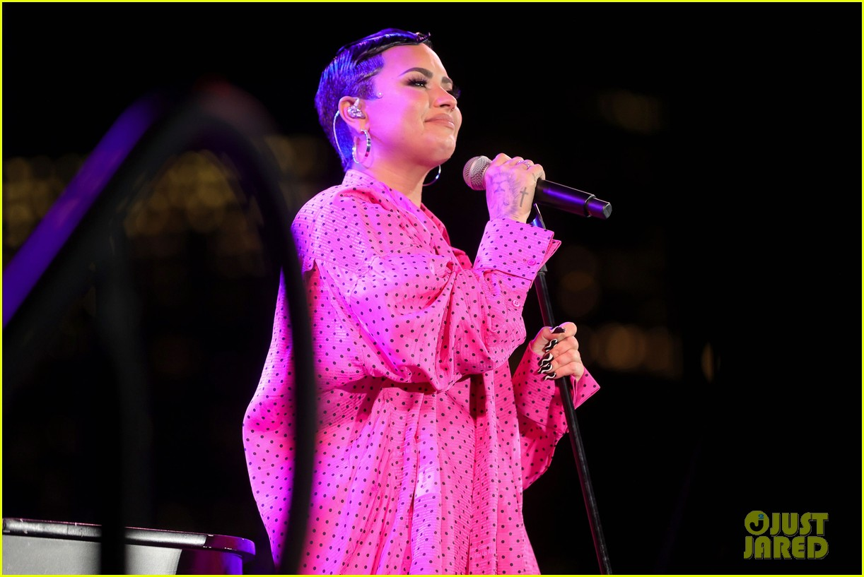 demi lovato performs dancing with the devil live at youtube premiere 09