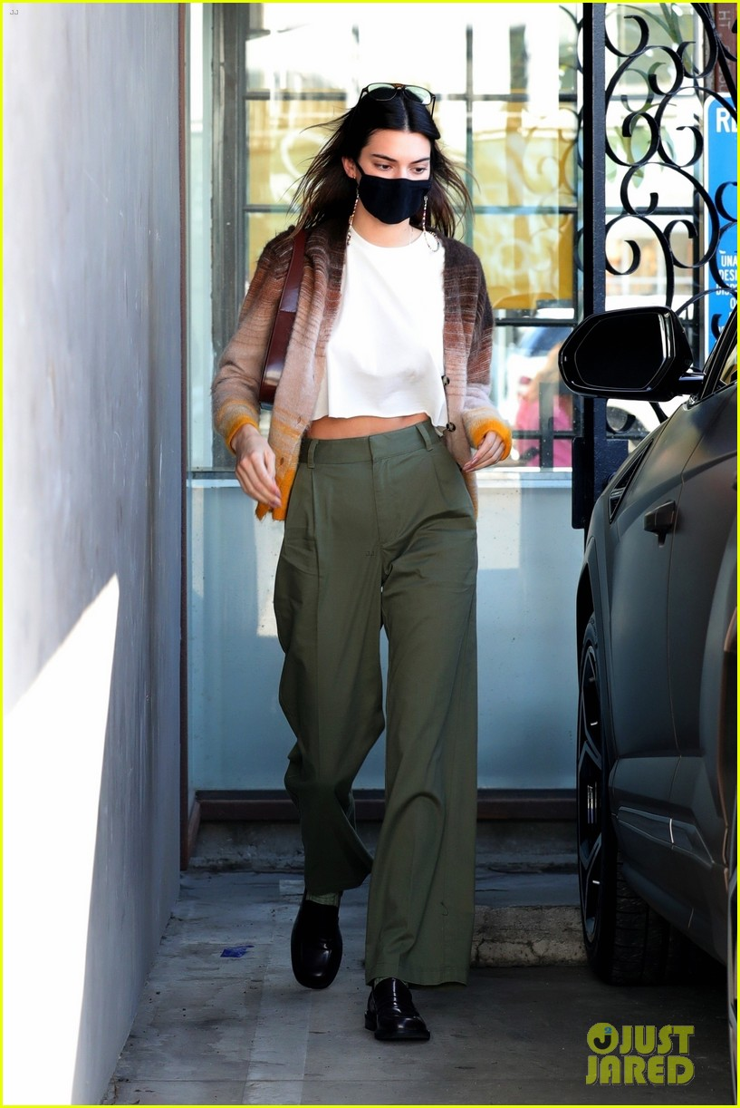 kendall jenner goes sporty while grabbing coffee with friends 03