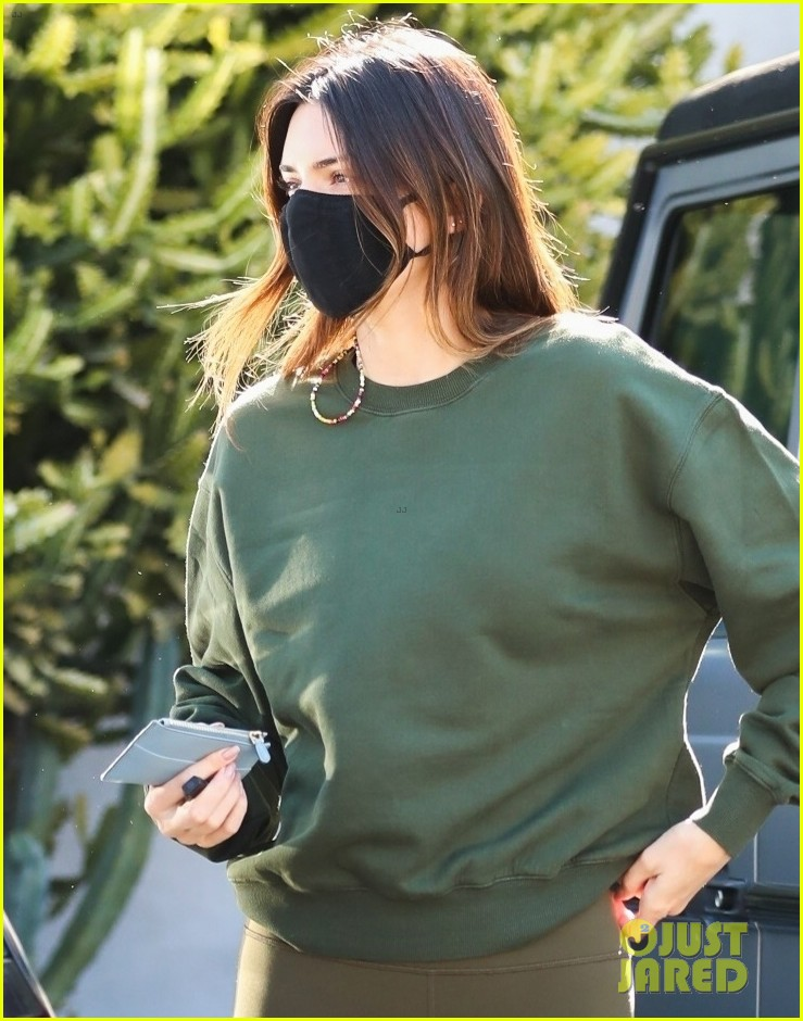 kendall jenner goes sporty while grabbing coffee with friends 04