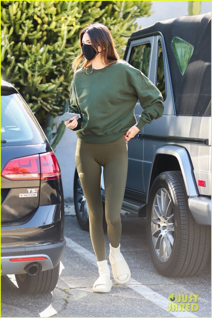 kendall jenner goes sporty while grabbing coffee with friends 06