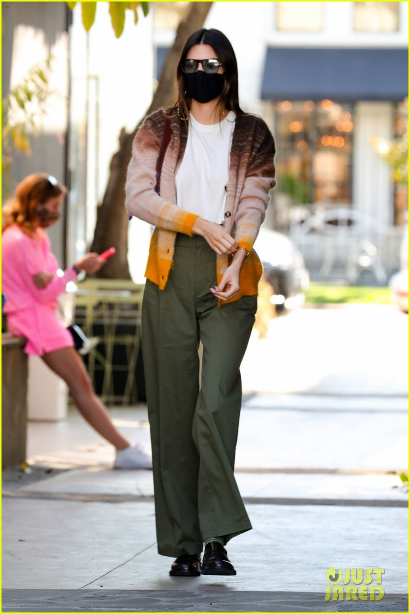 kendall jenner goes sporty while grabbing coffee with friends 07