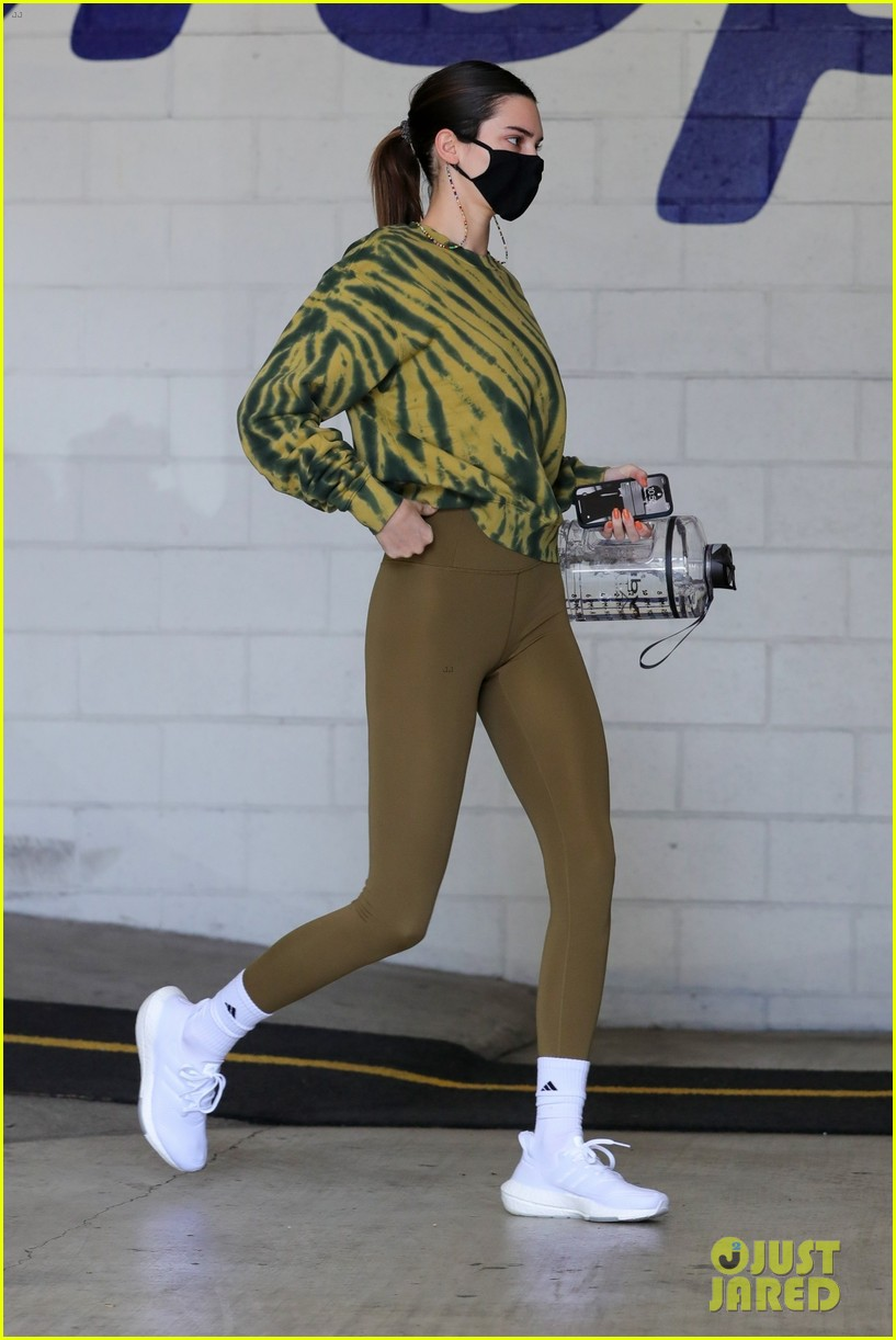 kendall jenner carries water jug trip to the gym 01
