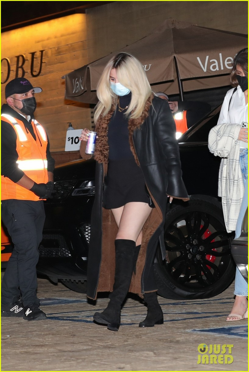 selena gomez shows off bleached blonde hair night out 01