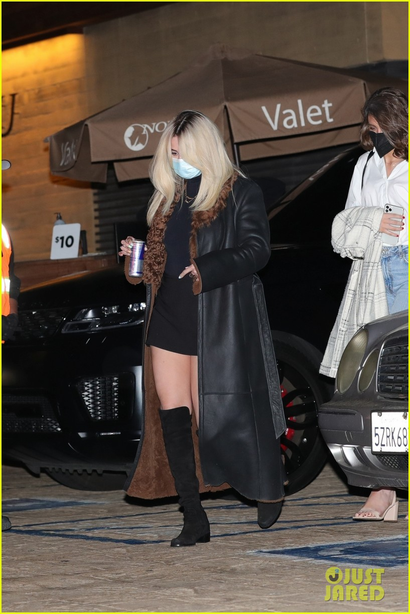 selena gomez shows off bleached blonde hair night out 03