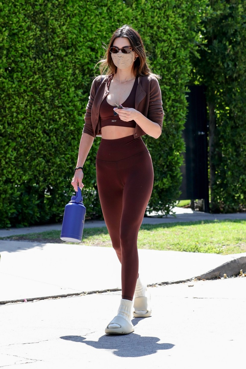 kendall jenner hailey bieber meet up for pilates 18