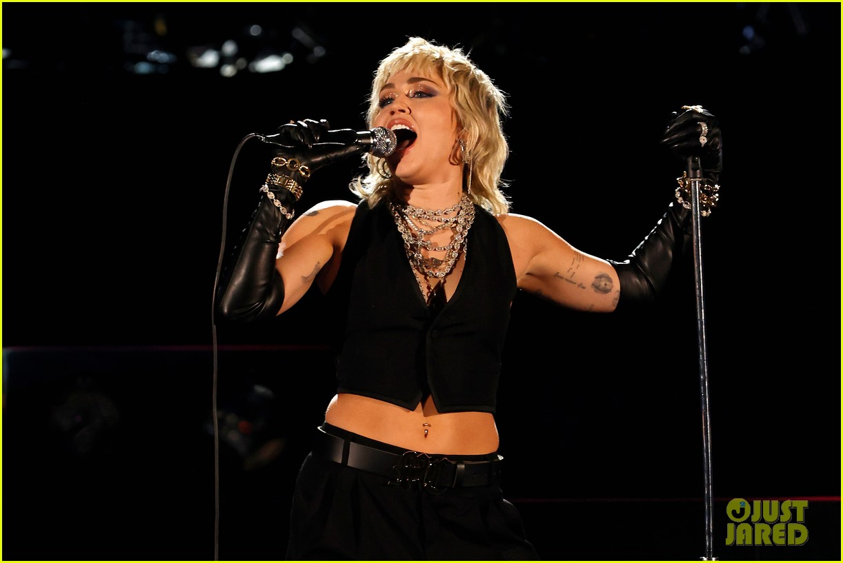 miley cyrus becomes one of three female artists to do this 03