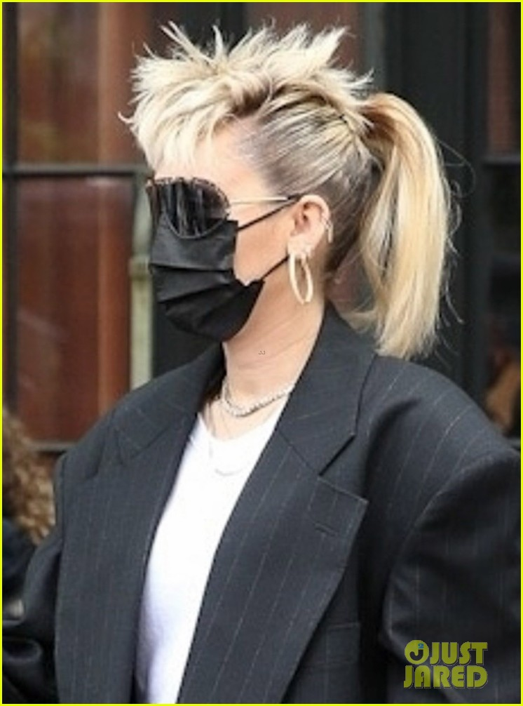 miley cyrus wears her hair in mohawk ponytail snl appearance 02