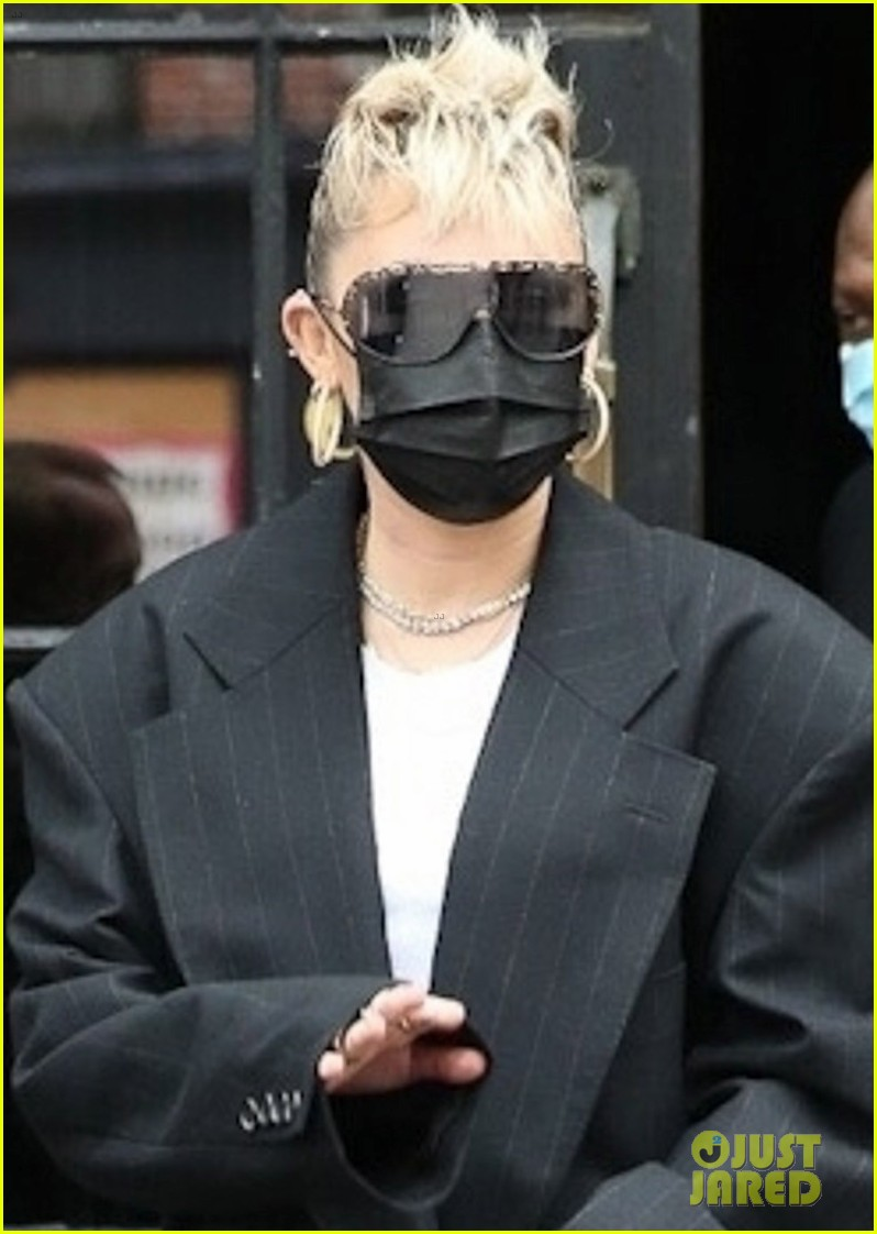 miley cyrus wears her hair in mohawk ponytail snl appearance 04