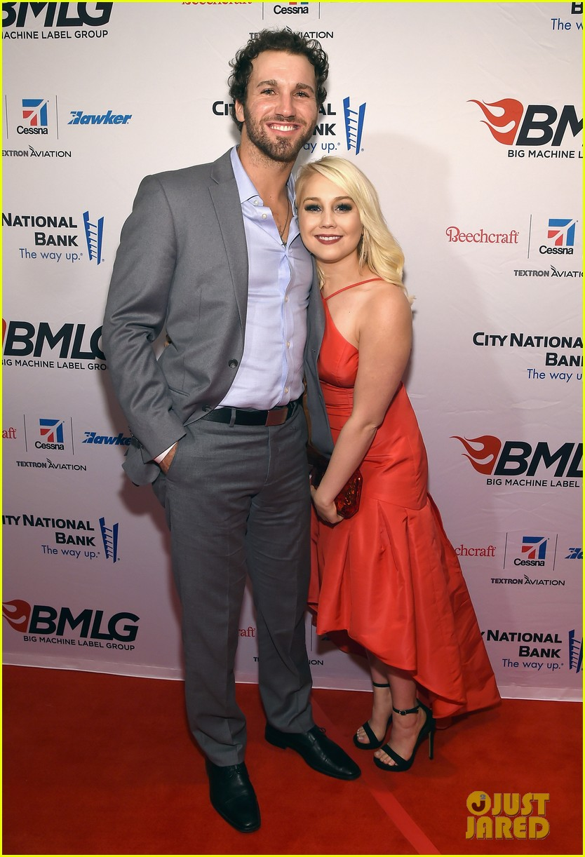 country singer raelynn hubby josh davis are expecting 03